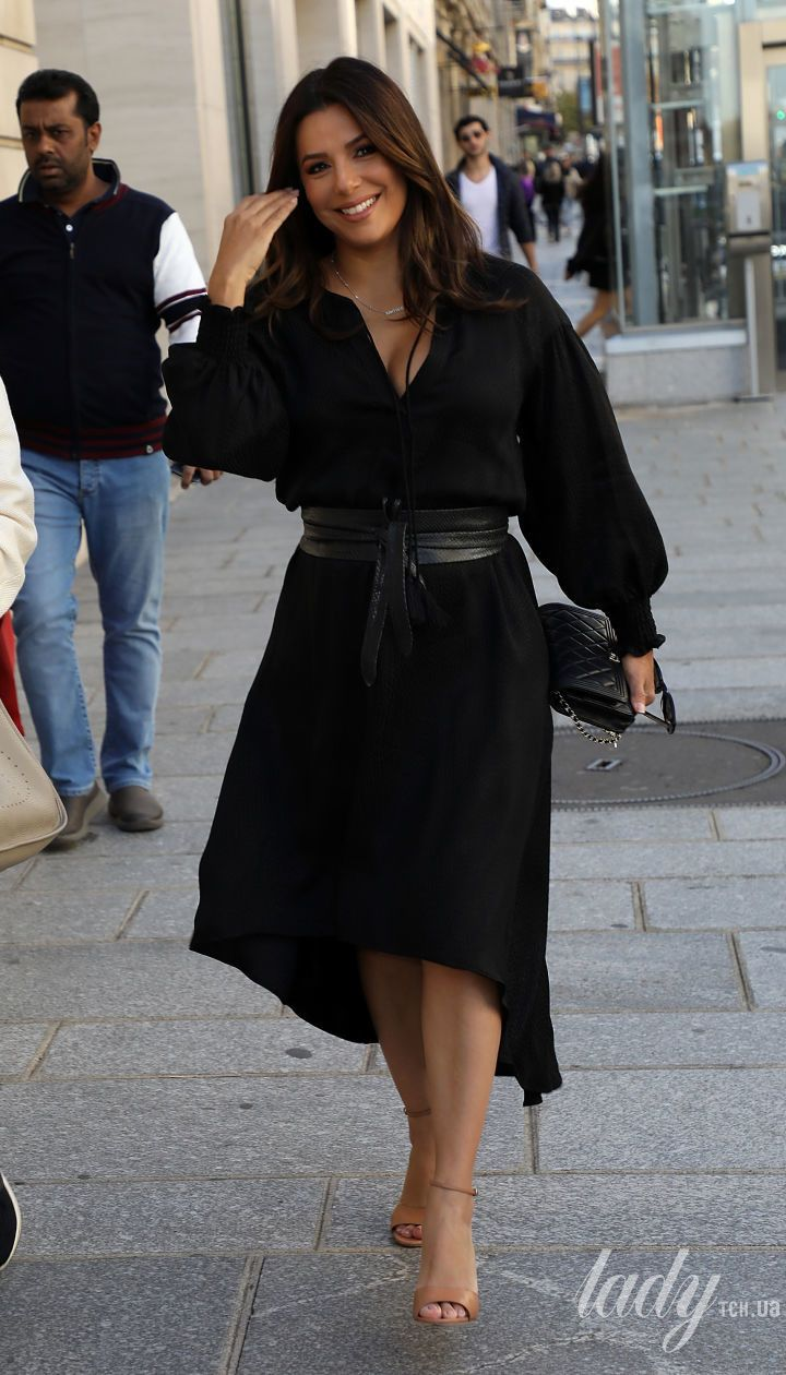 С акцентом на декольте и поясом на талии: Ева Лонгория гуляет по Парижу