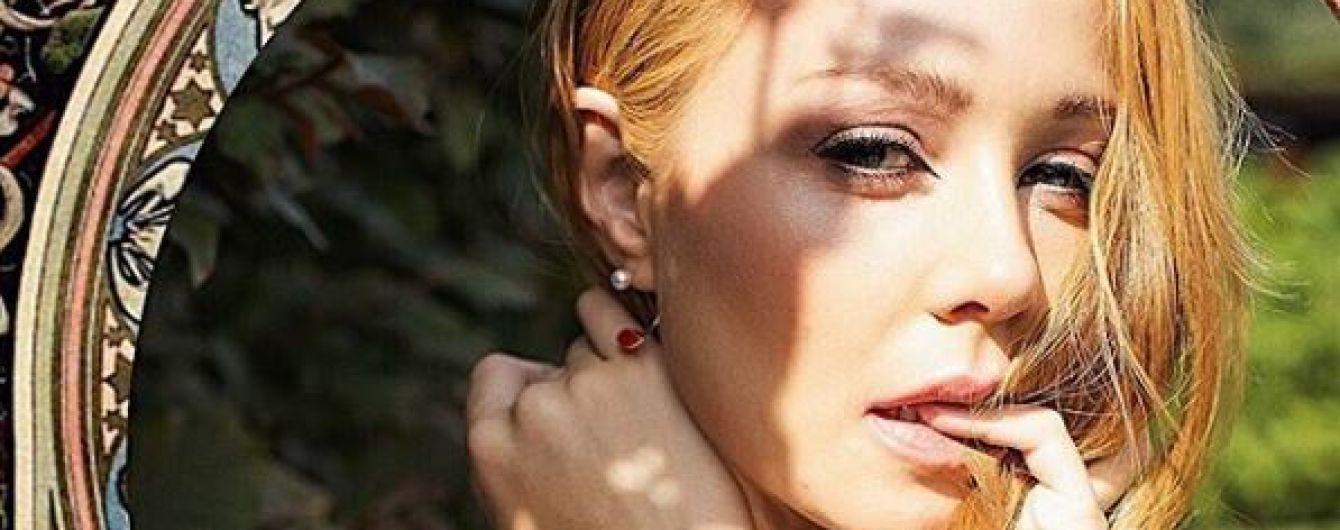 Жіночна Тіна Кароль посвітила стрункими ніжками у дизайнерських вбраннях