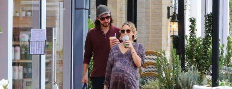 Пора в роддом: Кейт Хадсон гуляет по Лос-Анджелесу с огромным животом