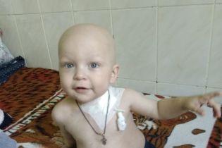 Крихітний Артемчик народився з лейкозом і потребує тривалого лікування