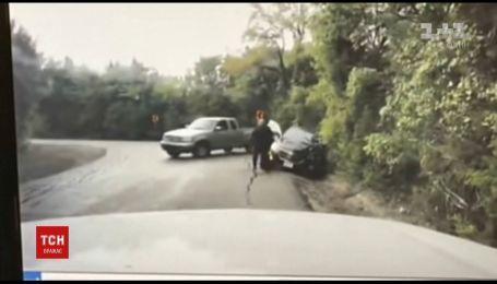 Техасский коп спас женщину, рискуя попасть под колеса автомобиля