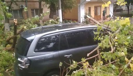 """Ураган в Одессе побил """"чертову дюжину"""" машин и заблокировал женщину"""