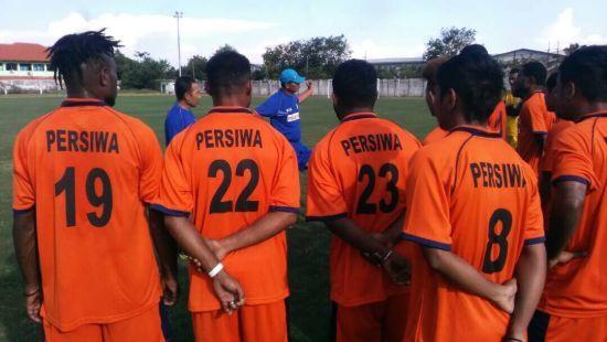 В Индонезии футболисты всей командой избили судью за назначенный пенальти