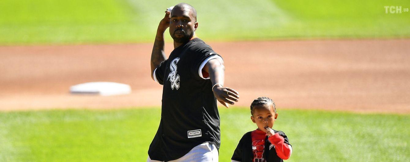 Татко Каньє Вест з дворічним сином зіграв у бейсбол, як колись зі своєю мамою