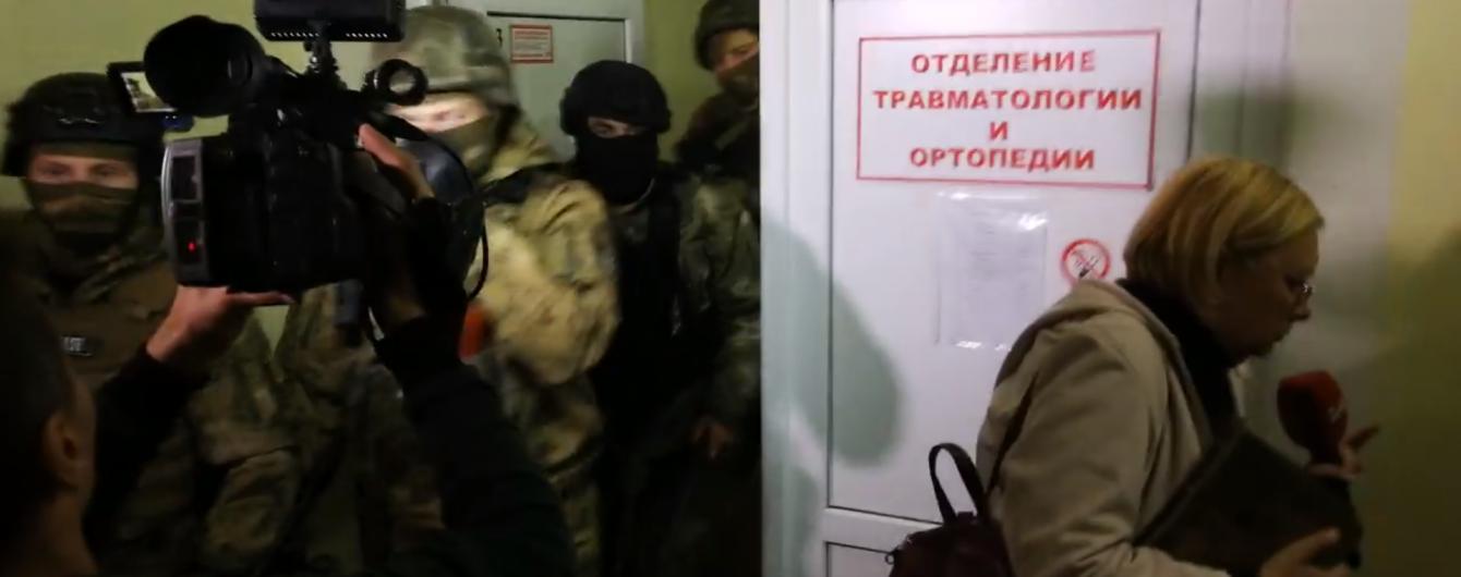 Із колотнечею силовики оточили лікарню, де перебуває підозрюваний у замаху на Михайлика