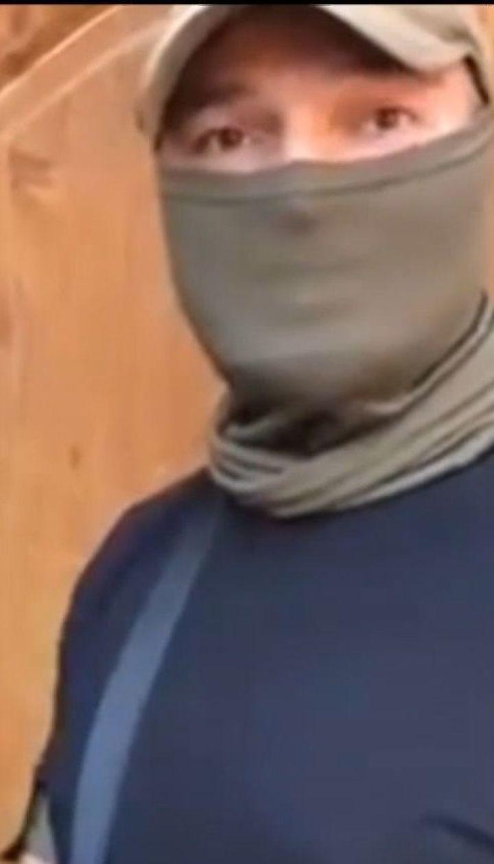 Невідомі у камуфляжі, масках та зі зброєю перекривають дороги довкола Буковелю