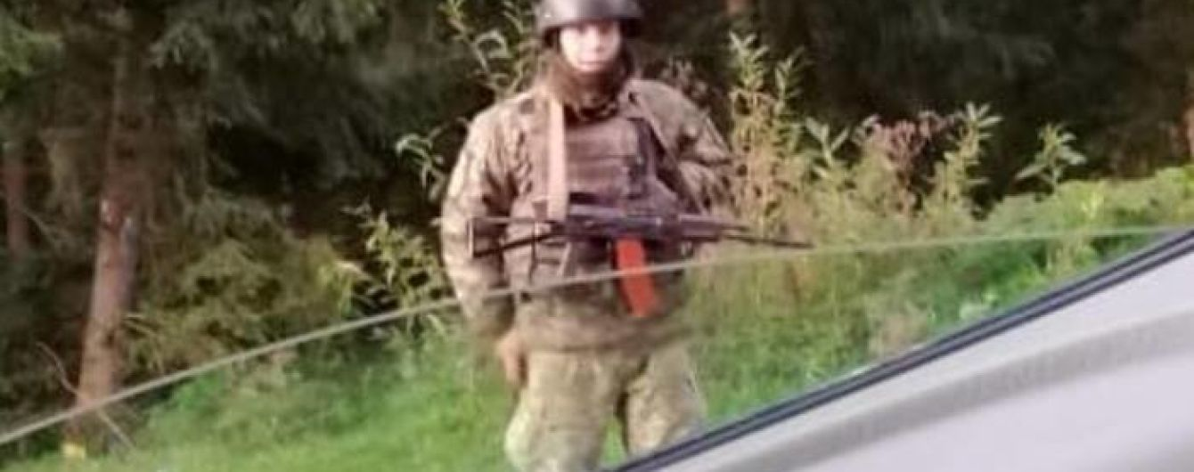 Неизвестные в камуфляже и с оружием перекрывают дороги вблизи Буковеля