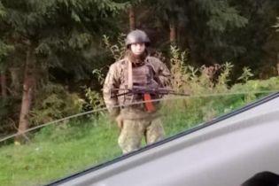 Невідомі у камуфляжі та зі зброєю перекривають дороги поблизу Буковелю
