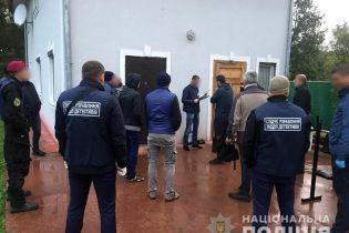На Прикарпатті викрили банду, яка утримувала в неволі десятки дорослих та трьох дітей
