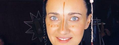 Соломія Вітвіцька з розмальованим обличчям та у старовинному одязі стала трипільською жінкою