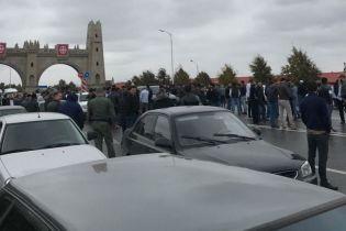 Между Чечней и Ингушетией возник конфликт за землю: правоохранители перекрыли дороги и заблокировали интернет