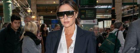 В расстегнутой блузке и брючном костюме: стильная Виктория Бекхэм приехала в Париж