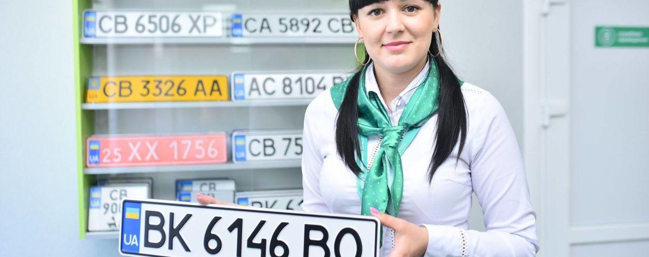 В Україні номерні знаки для транспортних засобів планують видавати по-новому: що зміниться