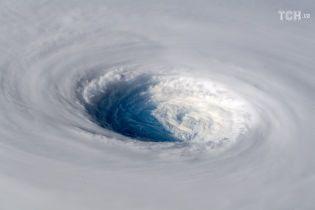 Гігантська воронка на тілі планети. Як з космосу виглядає супертайфун, що суне на Японію