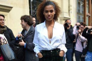 Засвітила бюстгальтер: дружина Касселя - Тіна Кунакі, прийшла на модне шоу в Парижі