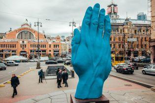 """""""Рука Кремля, проктолога чи аватара?"""". Соцмережі кепкують з велетенської синьої руки у центрі Києва"""