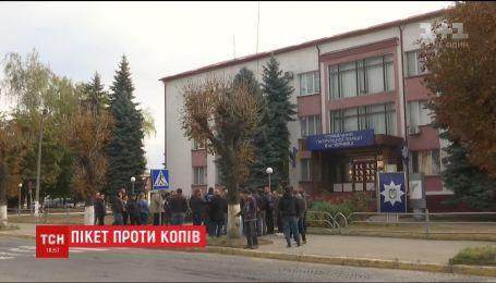 Під будівлею поліції у Чернівцях містяни вимагали не приховувати докази ДТП за участі патрульних