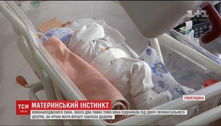 У Рівному жінка врешті забрала новонародженого сина, якого лишила під пологовим будинком