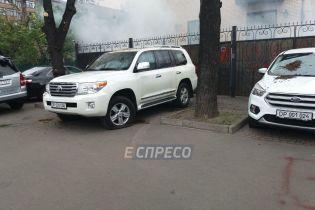 Посольство РФ у Києві обурилося через облиті лайном машини