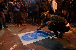 """""""Кто заказал?"""" и """"Молчание убивает"""". На Банковой звучат протестные лозунги и появляются граффити"""
