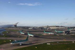 В аэропорту Дублина пассажир устроил забег по взлетной полосе за самолетом и показал полиции попу