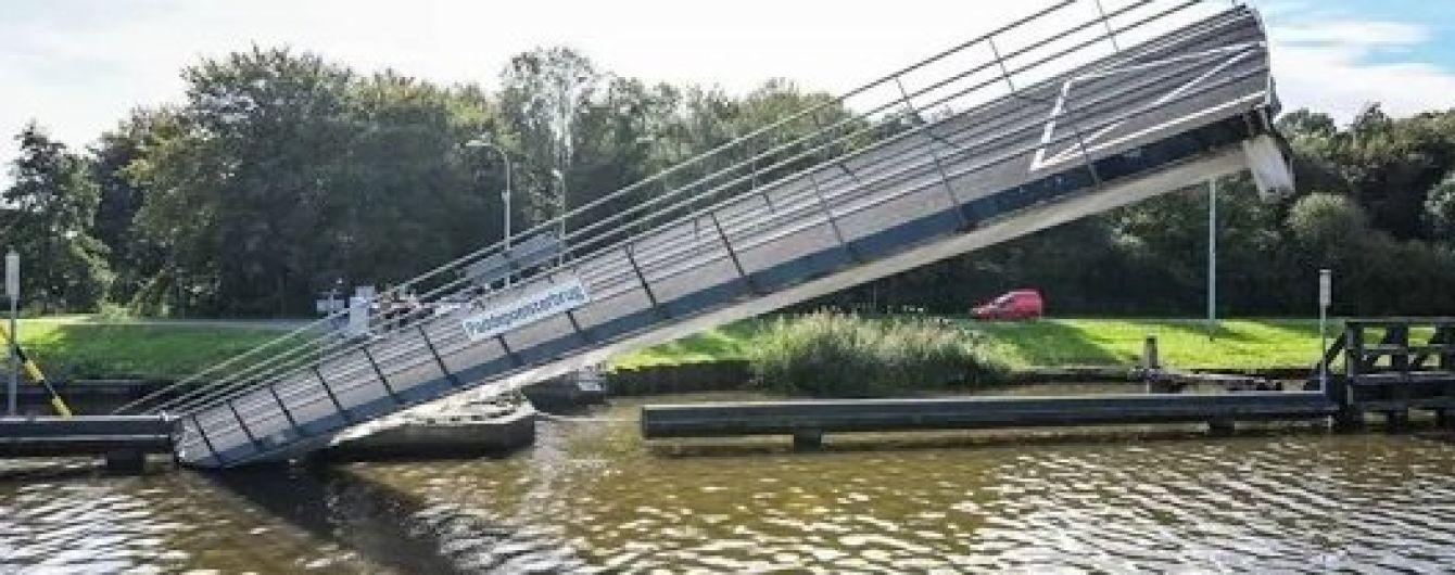 Баржа знесла міст у Нідерландах