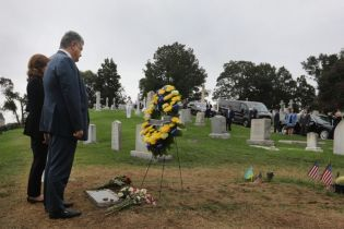 Президент Украины с женой почтили память Джона Маккейна