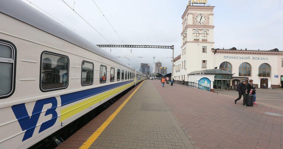 """Поезд """"Рахов-Киев"""" застрял в поле на несколько часов на Тернопольщине"""