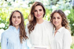 Красавицы в платьях и с кудрями: королева Рания показала своих дочерей