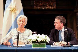 В улюбленому жакеті Chanel і з рожевим манікюром: глава Міжнародного валютного фонду на прес-конференції