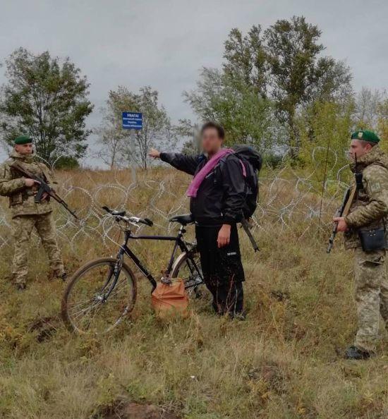 Закоханий американець на велосипеді спробував нелегально заїхати з Харківщини в РФ