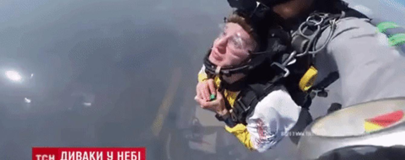 Під Києвом один хлопець зібрав кубик Рубіка у вільному падінні, а інший стрибнув з літака у костюмі зебри