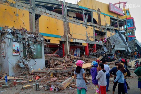 Кількість жертв від цунамі та землетрусу в Індонезії різко сягнула майже 400 осіб