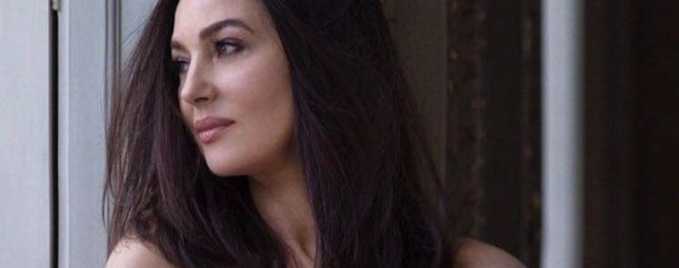 Грайливо оголивши плечі: Моніка Беллуччі знялась у новому фотосеті