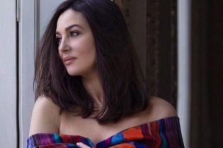 Игриво обнажив плечи: Моника Беллуччи снялась в новом фотосете