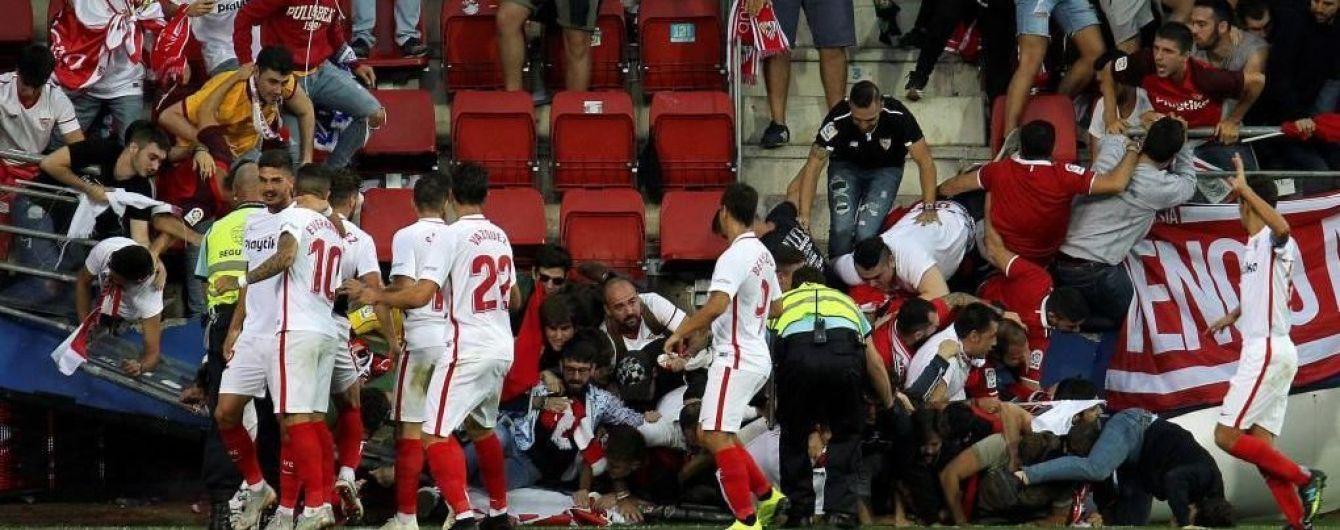 На футбольном матче в Испании обрушилось ограждение, есть пострадавшие