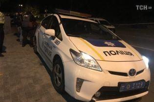 У Києві чоловік з дивною поведінкою двічі вистрілив у патрульного поліцейського