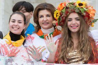 В футболке с цветным рисунком и с красным маникюром: Марина Порошенко встретилась со школьниками