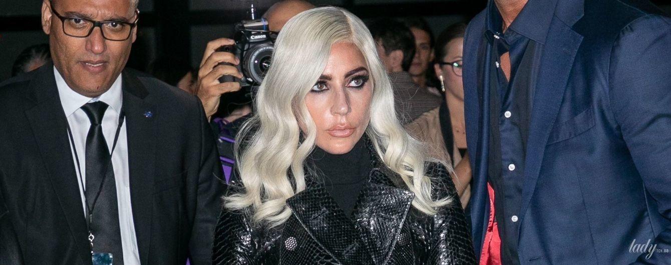 С новыми губами и в питоновом тренче: стильная Леди Гага сходила на модный показ