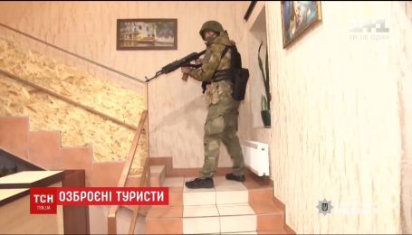 Два десятки озброєних туристів затримали в одному з готелів Одеси