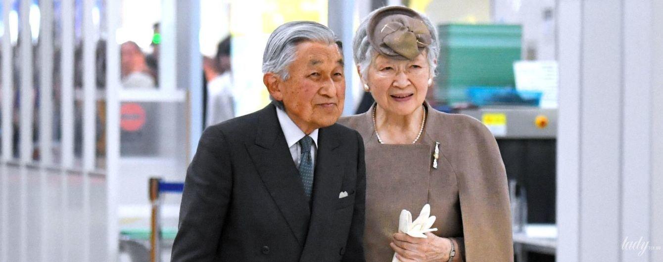 В елегантному костюмі і на підборах: 83-річна імператриця Мітіко в аеропорту
