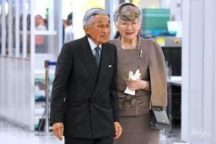 В элегантном костюме и на каблуках: 83-летняя императрица Митико в аэропорту