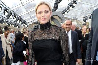 Прозоро, але скромно: княгиня Шарлін відвідала виставку в Парижі