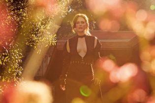 Выглядит блестяще: эффектная Джулианна Мур в нарядах с глубоким декольте позировала для глянца