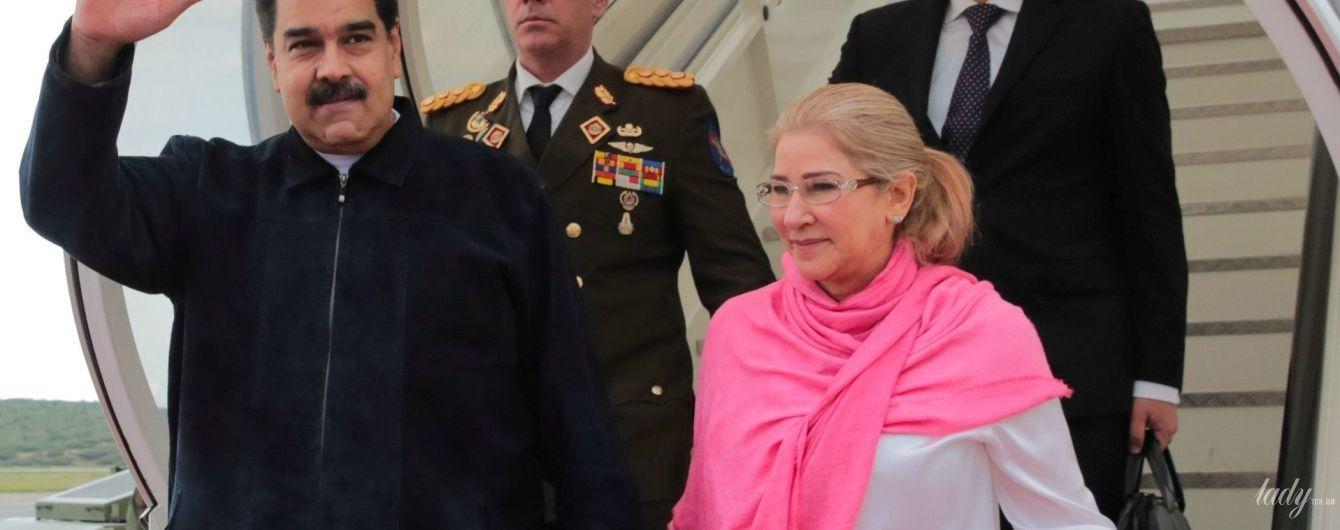 В белой рубашке и с ярким шарфом: новый образ первой леди Венесуэлы