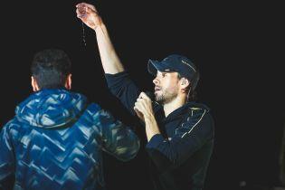 Хильнув чарочку та цілував взасос фанатку: Як минув концерт Енріке Іглесіаса в Києві