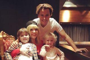 Спортивная Пугачева в бейсболке и Лиза - кокетка: Галкин поделился редким семейным снимком