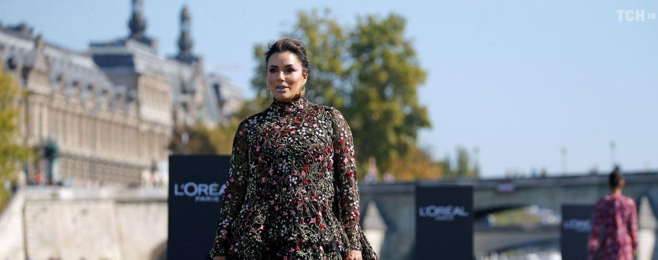 Єва Лонгорія у дивакуватій сукні з блискучими губами вразила невдалим образом на подіумі