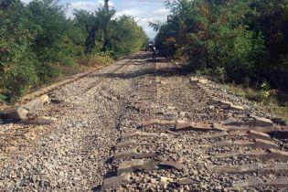 На Донетчине вблизи фронта с помощью коммунальной техники похитили километр железной дороги