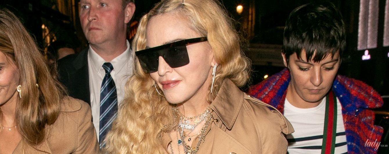 У тренчі і стильних ботильйонах: 60-річна Мадонна вразила образом у Парижі